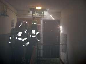 Trei locatari au fost evacuaţi, iar unul dintre ei a avut nevoie de îngrijiri medicale