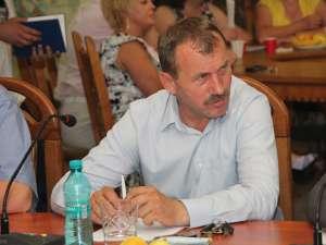 Consilierul PP-DD Adrian Arămescu s-a prăbuşit cu tot cu scaun, care s-a desfăcut în mai multe bucăţi