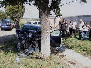 Autoturismul Audi A 4 a fost aruncat într-un copac de pe marginea drumului