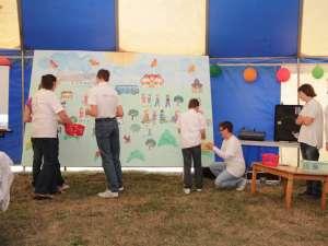 """Imaginea Complexului terapeutic """"Blijdorp România – O Noua Viaţă"""", redată de copii pe un panou, ca-ntr-un joc de puzzle"""