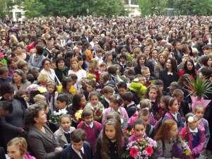 """Şi la Şcoala """"Ion Creangă"""" din Suceava elevii au fost întâmpinaţi de dascălii lor în atmosferă de sărbătoare"""