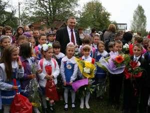 Dumitru Morhan, în mijlocul copiilor de etnie ucraineană din Negostina, cu ocazia deschiderii noului an şcolar