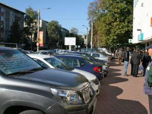 Clientul nemulţumit a parcat maşina în centrul oraşului, aşezând în dreptul parbrizului o pancartă cu mesaje de protest