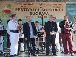 Primarul Ion Lungu şi reprezentanţii Consiliului Local, la deschiderea Festivalului Mustului