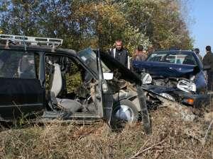 În autoturismul Dacia 1310, izbit în plin de maşina intrată pe contrasens, se aflau cinci persoane