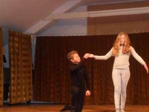 Doi elevi de la Bivolărie, Adelina Constandeş şi Alin Maţcu au făcut pantomimă pe scena bucureşteană