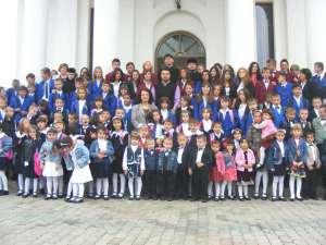 """Copiii de la Aşezământul """"Sf. Ierarh Leontie"""" din Rădăuţi, la începutul anului şcolar"""