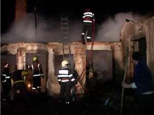 La Calafindeşti, pompierii au luptat cu flăcările mai bine de opt ore