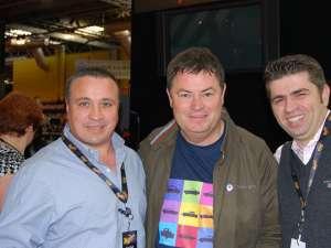 Dănuţ Crainiciuc, împreună cu Mike Brewer şi Remus Azoiţei, proprietarul maşinii Renault 12