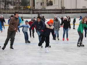 Sute de tineri s-au bucurat de deschiderea patinoarului Areni pe 1 Decembrie
