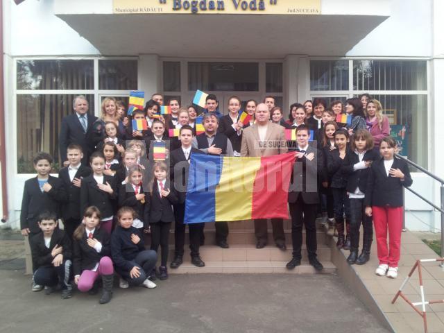 """1 Decembrie-aniversare tricolorǎ la Şcoala Gimnazială """"Bogdan Vodǎ"""" Rǎdǎuţi"""