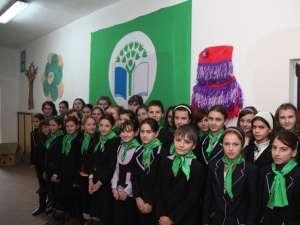 Elevi ai Şcolii din Plopeni, lângă Steagul Verde arborat ieri in unitatea de învăţământ