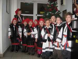 """Îmbrăcaţi în costume populare, ceata de mici colindători ne-a încântat cu colinde vechi, româneşti, dar şi cu """"Pluguşorul"""" şi """"Sorcova"""""""