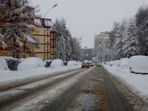 Maşini blocate de zăpada pe marginea străzilor
