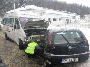 În urma accidentului două femei, pasagere în microbuz, au fost rănite uşor