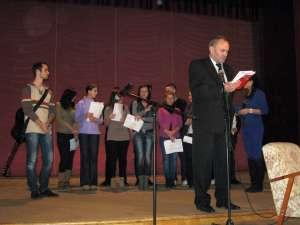 Ion Grigoraş prezentând o lucrare premiată