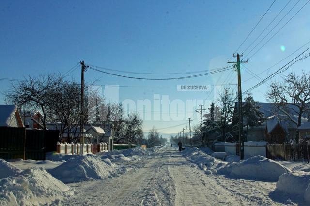 Mii de elevi şi de preşcolari au stat ieri acasă din cauza ninsorilor abundente din ultimele zile