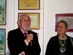 Criticul de artă Valentin Ciucă prezentând expoziţia
