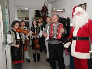 """Grupul vocal-instrumental """"Mugurelul"""" din Şcheia a colindat redacţia Monitorului de Suceava"""