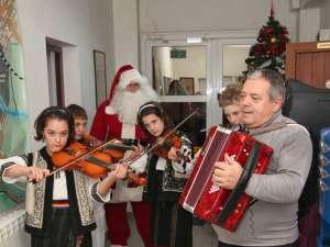 """Grupul vocal-instrumental """"Mugurelul"""" din Şcheia, însoţit de Moş Crăciun"""