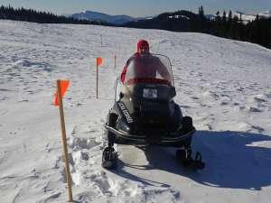 Pentru a veni în sprijinul turiştilor, zăpada de pe munte este bătătorită periodic cu snowmobilul sau schiurile de tură