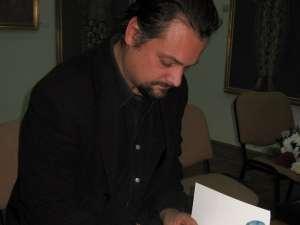Radu Florian Bruja, oferind autografe