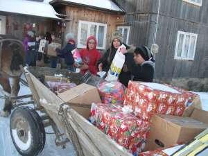 """Elevii Colegiului """"Alexandru cel Bun"""" au împărţit cadouri copiilor nevoiaşi"""