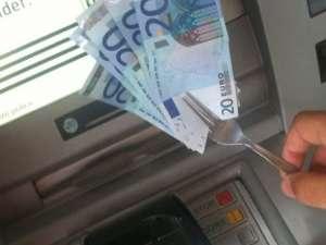 Cu excepţia unui caz, când au furat 1.500 de lei, autorii au provocat doar distrugeri bancomatelor în încercarea de a scoate bani. Foto: ziarulatac.ro