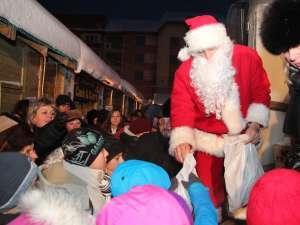 Sute de copii au venit la întâlnirea cu Mos Crăciun, la bradul din Centrul Sucevei
