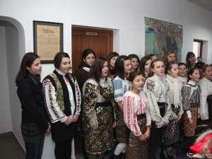 """""""Grupul de fete"""" de la Şcoala Gimnazială Plopeni a colindat ieri redacţia Monitorului de Suceava"""