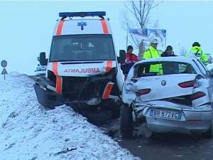 Ambulanţa implicată în accident şi maşina Alfa Romeo
