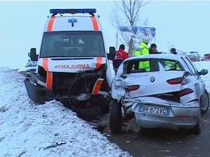 Autoturismul Alfa Romeo, care venea din sens opus, a derapat, s-a rotit pe carosabil şi a lovit ambulanţa cu partea lateral stânga spate