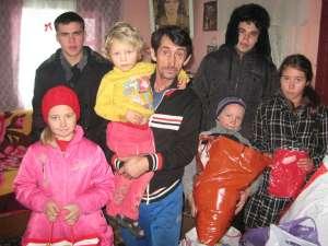 Andrei Bortă (dreapta) şi Andrei Lupu (stânga) împreună cu familia Penciuc