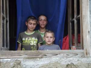 Cei trei fraţi Pascariu în casa neizolată