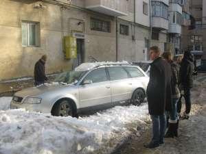 Autoturismul grav avariat de zăpadă