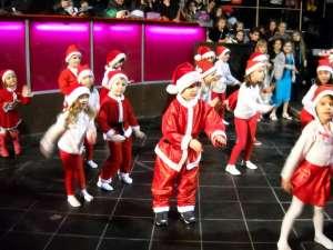 "Peste 300 de copii au participat la ""Christmas Dance"""
