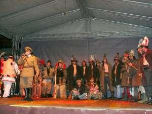 Urătorii din Forăşti au fost aplaudaţi şi rechemaţi pe scenă să continue urătura în care au satirizat evenimentele anului 2012