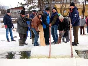 Gheaţă de 25 de centimetri la Bosanci pentru ridicarea crucilor de Bobotează