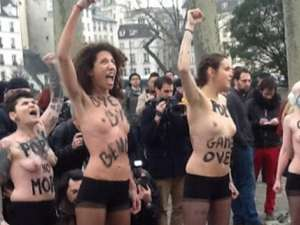 """""""Acţiune topless"""" în catedrala Notre-Dame. Militante Femen au sărbătorit plecarea Papei"""