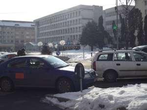 Maşini parcate în sensul giratoriu, chiar de mai erau locuri libere în parcările subterane