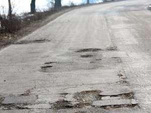 Gropile de pe drumurile naţionale de pe teritoriul judeţului Suceava ar putea fi plombate de la 1 martie