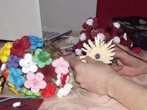 Fâşiile de hârtie prind viaţă în mâinile Oanei, transformându-se în flori, animăluţe sau insecte