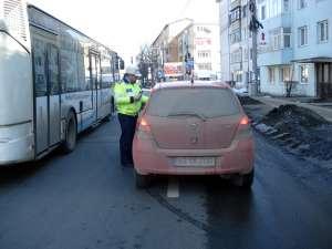 Poliţişti de la Circulaţie au împărţit în trafic mărţişoare şoferilor şi pietonilor