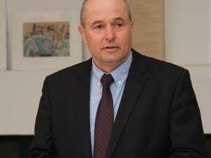 Directorul LPS Suceava, profesorul Ioan Radu a fost unul din cei nouă autori ai cărții
