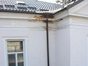 Pe timp de iarnă, zăpada şi ploaia scurse de pe acoperiş s-au infiltrat în zid