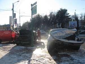 După impact, cele două maşini au ajuns pe trotuarul din faţa primăriei