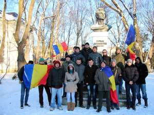 Grup de tineri din Suceava, la un marş de solidaritate cu eleva batjocorită pentru bentiţa tricoloră
