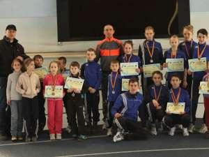 Atleții de la CSM Dorna Vatra Dornei alături de antrenorul Cristian Prâsneac (centru)