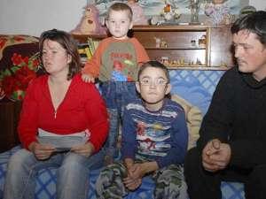 Cosmin, alături de părinţi şi fratele mai mic
