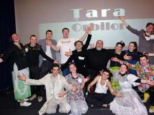 Trupa de teatru Fabulinus, alături de regizorul Ion Sapdaru